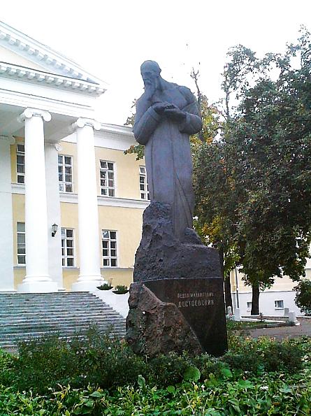 Памятник Достоевскому в Москве, рядом с местом рождения