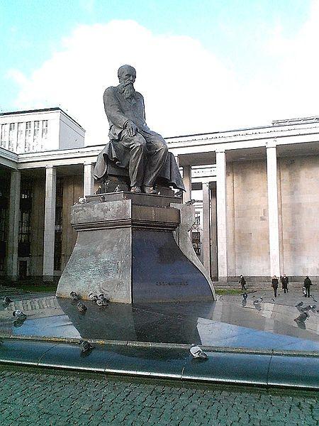 Памятник Достоевскому в Москве, рядом с Российской Государственной Библиотекой