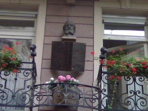 Барельеф на балконе квартиры, в которой Достоевский написал роман «Игрок». Баден-Баден