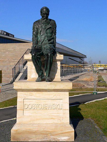 Памятник Ф. Достоевскому в Дрездене на набережной Эльбы у здания Конгресс-центра
