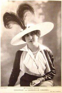 Женщина в одной из первых шляпок Коко Шанель