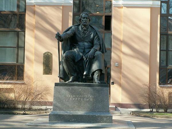 Памятник И. С. Тургеневу на Манежной площади в Санкт-Петербурге