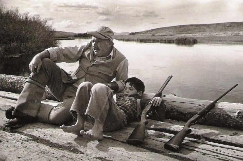 Эрнест Хемингуэй с сыном на охоте