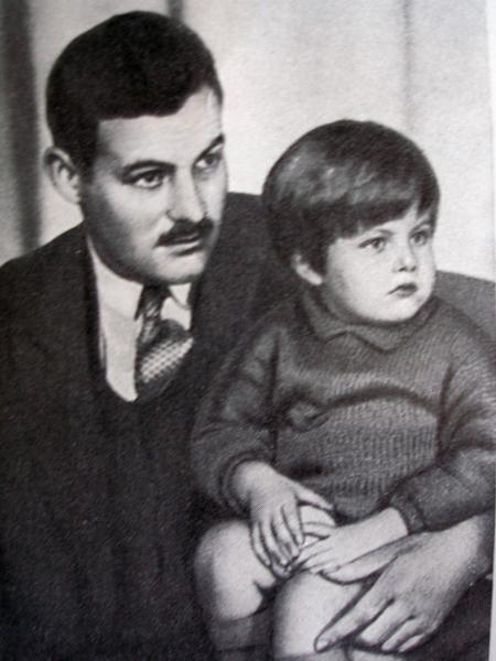 Эрнест Хемингуэй с сыном Бэмби (1926)