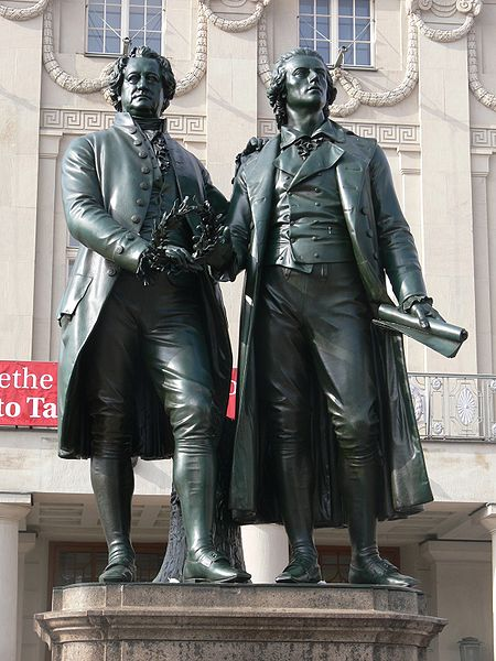 Памятник Гёте и Шиллеру у здания театра в Веймаре